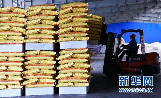 2月12日,贵州磷化集团开磷矿肥有限责任公司工人在生产车间搬运化肥。新华社记者 杨文斌 摄