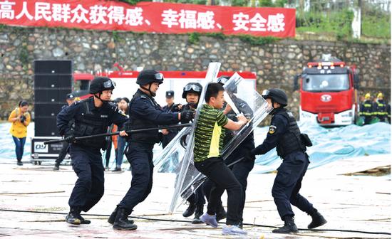 """警察将""""暴恐分子""""制服。"""