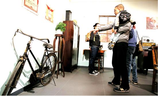 女式单车、缝纫机、收录机。