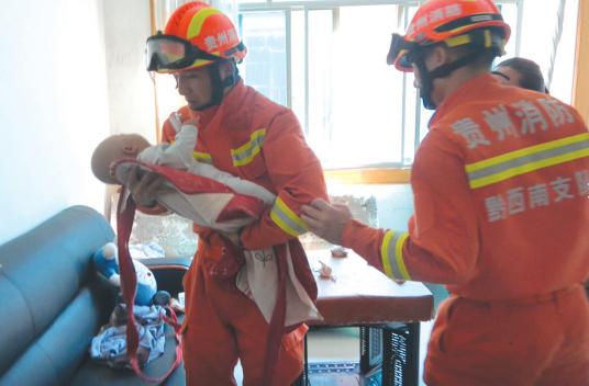 进屋后,消防人员将婴儿抱在怀里。