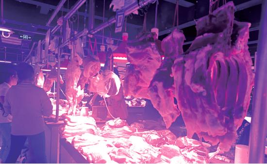 市场上的猪肉。
