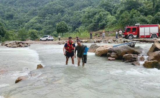 河水暴涨致63名驴友被困 黔南消防救援人员奋战15小时成功营救