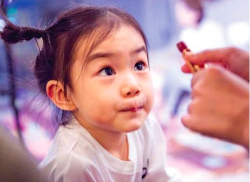 兒童專用化妝品走紅網絡,你會給孩子買嗎?