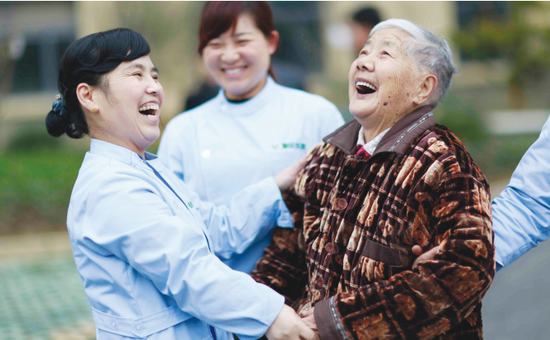 养老院中的老人很开心