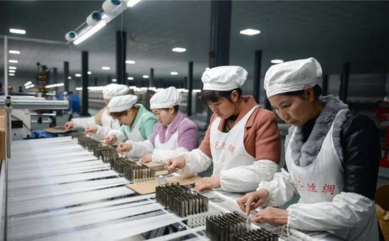 贵州省黔南州独山县的种桑养蚕产业(?#35828;?#29577; 摄)