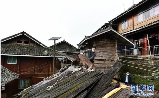4月19日,贵州省从江县加榜乡加车村脱贫攻坚指挥所的驻村干部帮助农户拆除废弃圈舍。新华社记者 杨文斌 摄