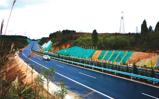 三施公路正在安装波形护栏。