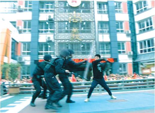 尚义路小学反恐演练。