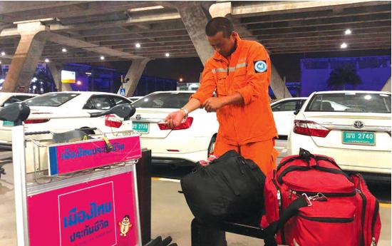 贵州众志救援队队长苏亚在机场休整。