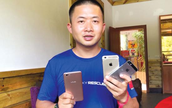 救援队4天内在花溪河捡到了3部手机。
