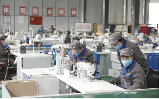 工人们正在抓紧生产