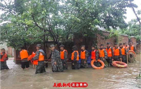 紧急救援!清镇市人武部一小时疏散被困群众15户