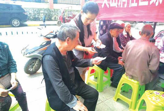 免费义诊活动中,郭芳兰跑前跑后记录居民的需求。 社区供图