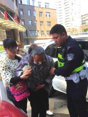病人转院遇堵车 贵阳交警及时救助