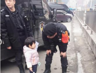 民警在不断安慰小女孩