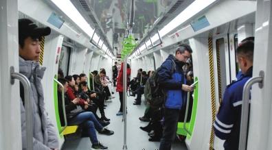 贵阳地铁1号线首通段,市民乘车体验( 本报记者张斌 摄)