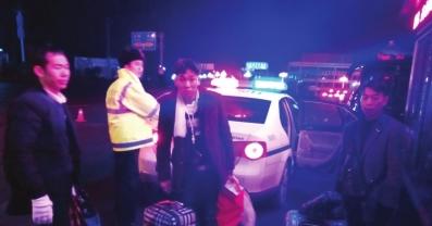 三男子获交警救助。
