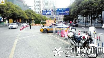 花溪大道进城向车辆掉头处。