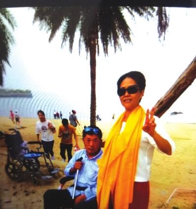 妻子推着坐在轮椅上的丈夫去旅游。 (图由受访者提供)