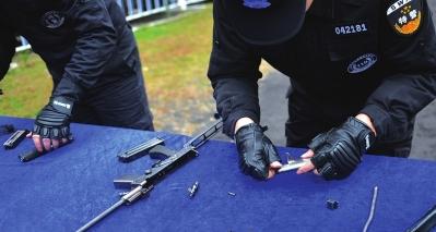 特警必须将枪械所有零件全部拆下,然后又快速还原。