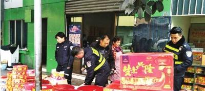 民警检查辖区烟花爆竹销售点。