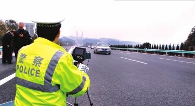 交警在对车辆移动测速。