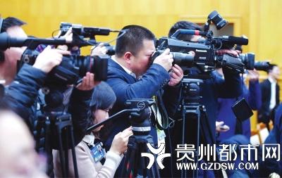 媒体记者共同聚焦贵州省代表团开放日活动。 贵州日报记者邓刚 摄