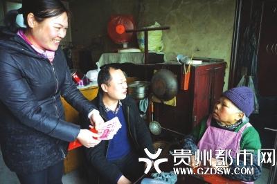 工作人员给困难群众刘志春送钱上门。