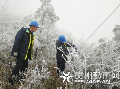 凝冻发生以来,独山供电局要求各层级、各部门、各环节严格按照防冰保电的各项要求,有序、有效开展应对工作。严格执行到岗到位制度,确保24小时信息畅通。各个区域的观冰点严格按照要求进行观冰、测冰及信息上报,各供电所也加紧对易发生凝冻线路及区域开展特巡特维护,确保了全县各地区在极端天气下的正常供用电。  陈晓慧 余平 摄