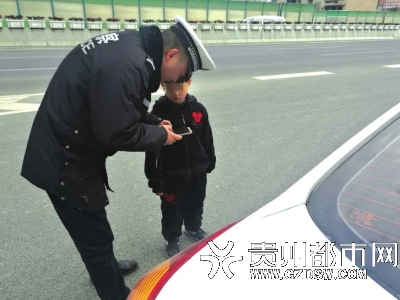 交警正在询问情况。