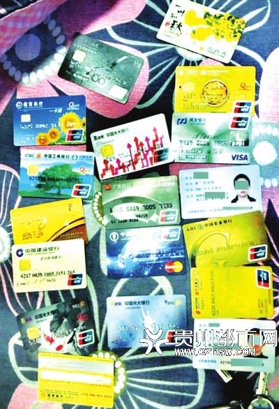 民警查缴嫌疑人相关证卡。