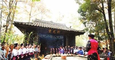 祭师在祭尤坛上祭祀蚩尤。