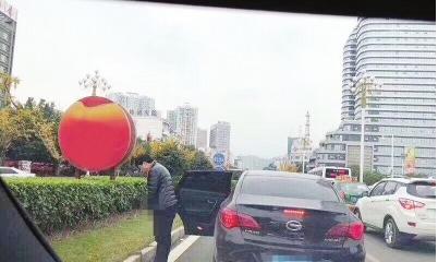男子在街头小便。 视频截图