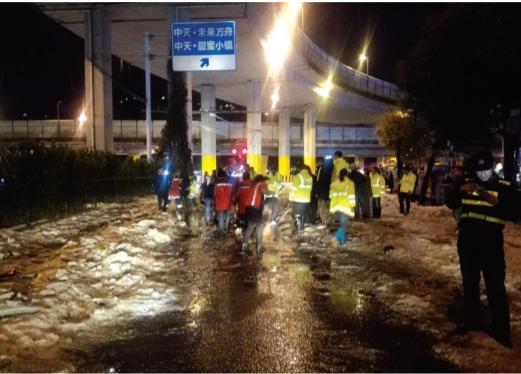 大雨冰雹过后,大营坡路口产生大量积冰。交警和环卫部门接报后,迅速派员对道路进行了疏通(本报记者曹源麟 摄)