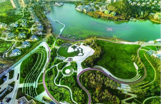 """贵阳高标准、高品质打造公园城市,逐渐实现""""城在园中、园在城中"""" 的构想。图为绿意盎然的泉湖公园。 视觉中国/供图"""