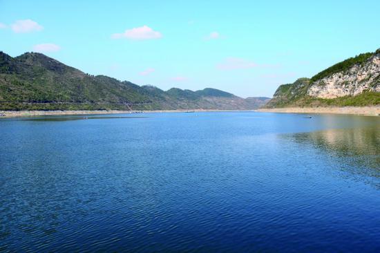 图为清澈的乌江水域。
