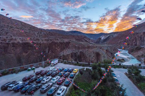 玛莎拉蒂1000滇藏拉力车队迎着朝阳出发