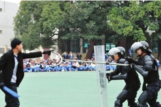 为师生传递反恐防暴知识 南明巡逻特警进校园