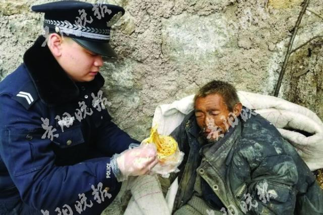 老人离家3日病倒路边被发现 民警悉心照顾并送医救治