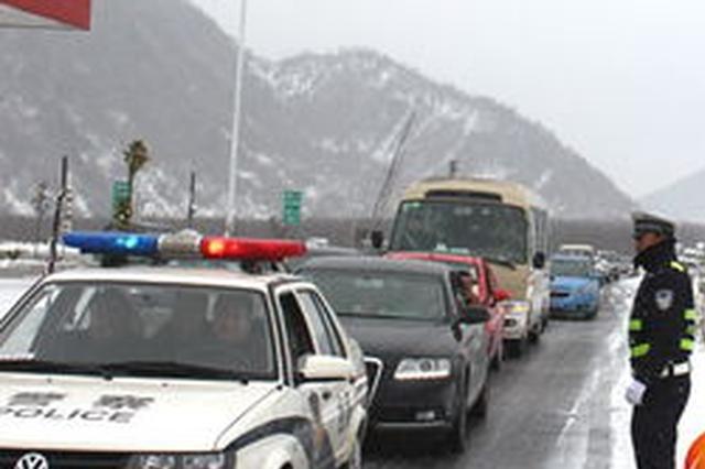 民警争分夺秒 冰路上送孕妇就医