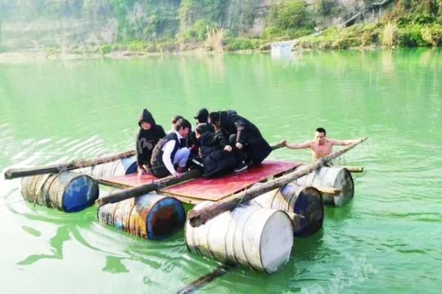 特警赤身下河 营救被困学生