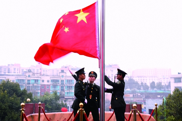 开阳县节后上班首日 3000余名党员干部参加升国旗仪式