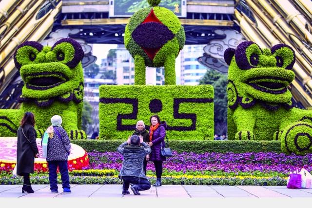 绿雕现筑城 喜庆氛围浓