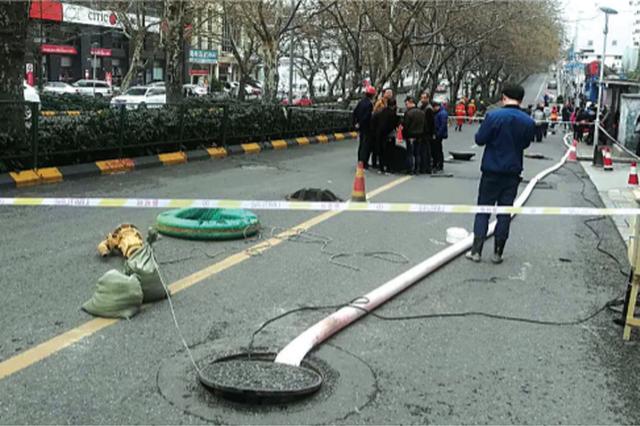 金融巷口路段管道破裂有塌陷隐患 慢车道封闭施工