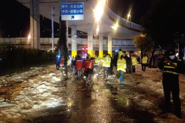 冰雹袭贵阳街道成冰河 导致城区交通大拥堵