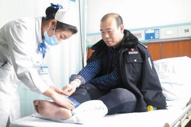 村民跳下高坎勇救落水女孩 孩子无碍他脚踝骨折入院