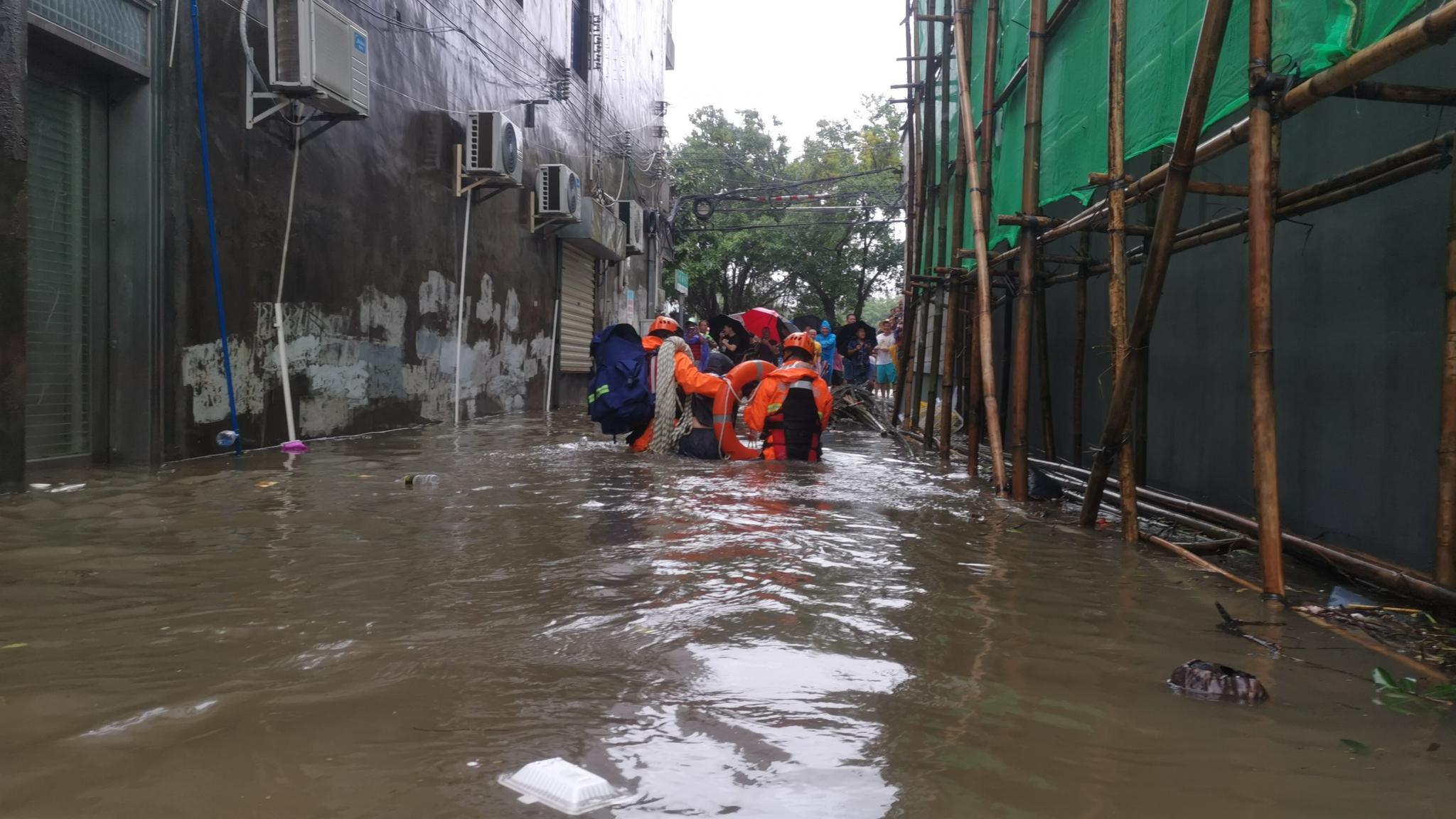 """台风""""狮子山""""造成多处险情 临高消防紧急营救疏散24名被困人员"""