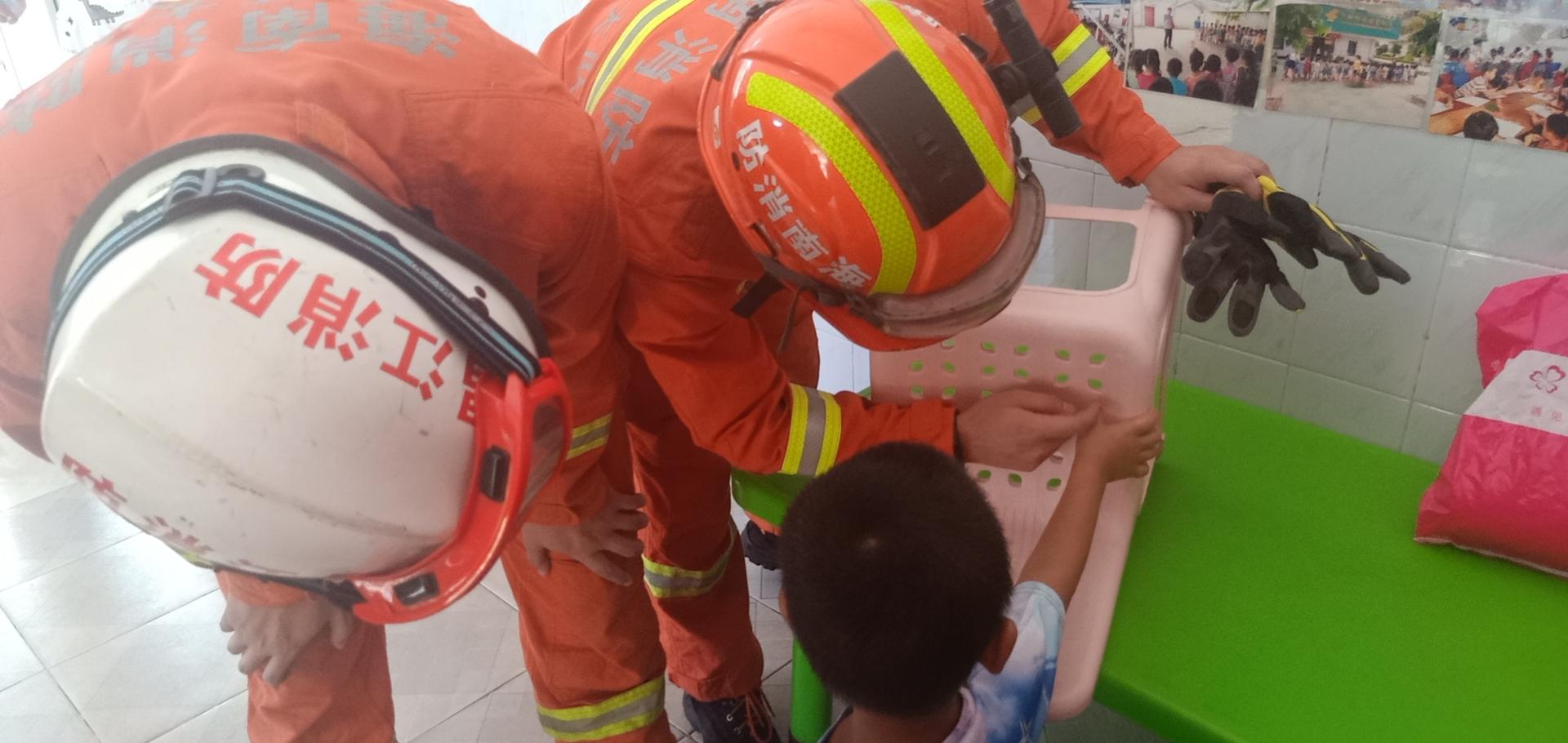 开学第一天熊孩子手指被卡 昌江消防员解围