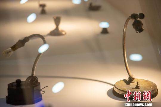 图为展示的电灯。洪坚鹏 摄
