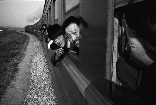 1998年,旅客在通辽至集宁的火车上。火车是百姓出远门最主要的交通方式。改革开放,让世代被束缚在土地上的农民离开故土,踏上追梦的旅途。王福春/摄